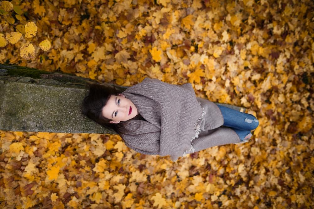Asmenine moters fotosesija fotografas Kaunas Kaune lauke rudeninė rudens fotografė auksinis kadras