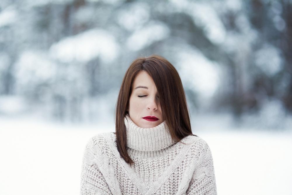 Asmenine moters fotosesija fotografas Kaunas Kaune lauke žiema žiemos fotografė auksinis kadras
