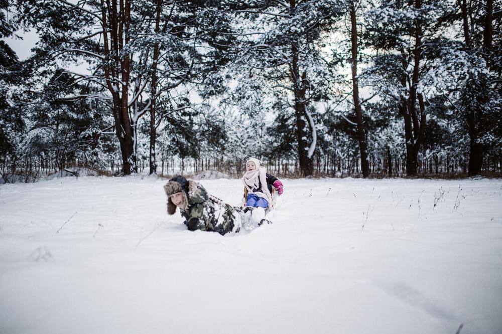Šeimos vaikų fotosesija fotografas Kaunas Kaune lauke žiema žiemos fotografė auksinis kadras