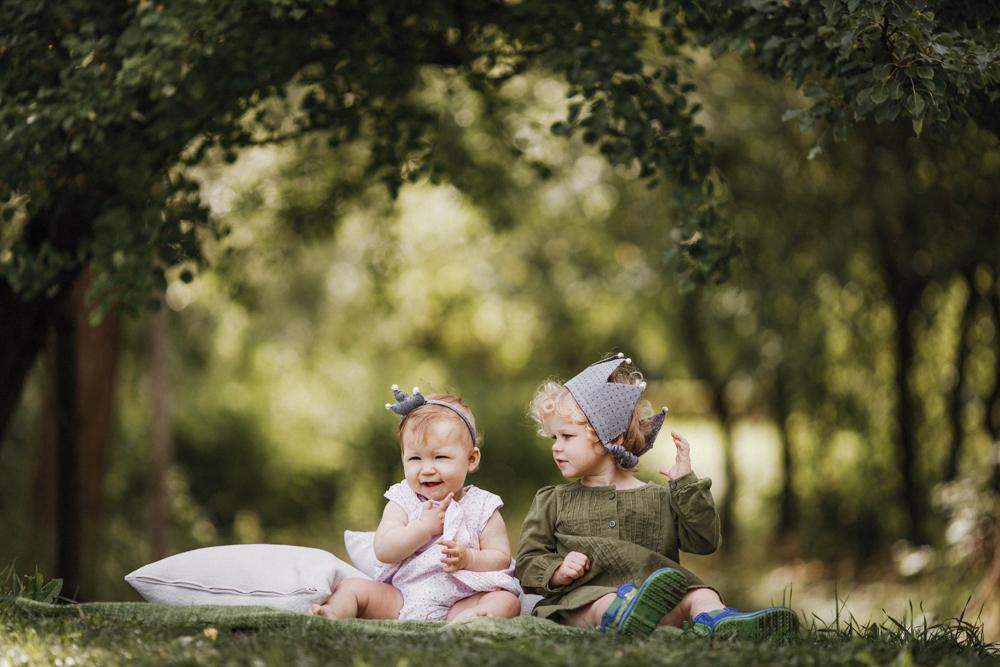 Šeimos fotosesija gamtoje lauke miške pievose Kaunas Kaune vaikai vasara fotografė auksinis kadras